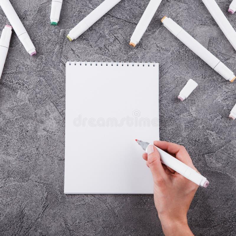 Vrouwelijke handen met een teller Trek in een wit notitieboekje Ruimte voor ontwerp Hoogste mening royalty-vrije stock foto's