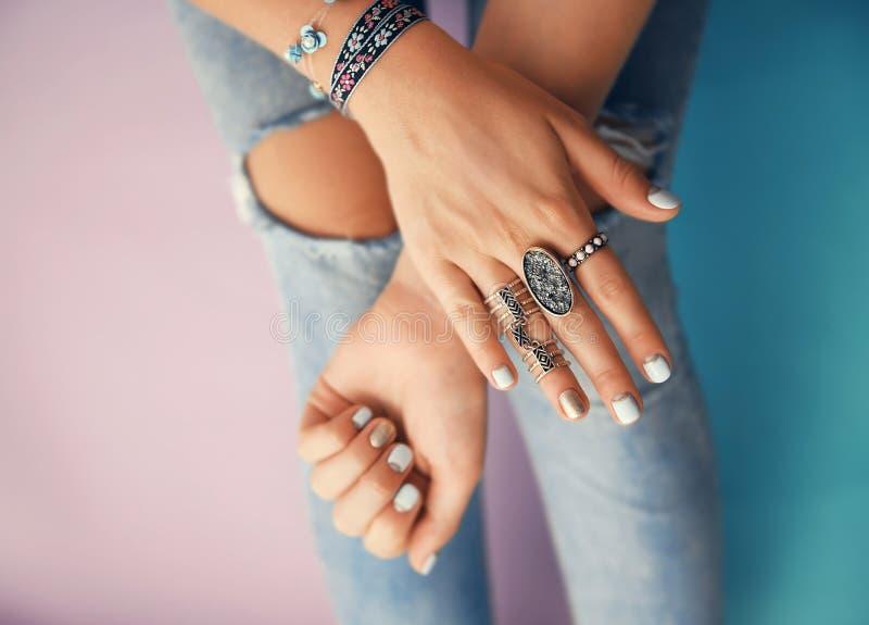 Vrouwelijke handen met juwelen royalty-vrije stock afbeeldingen