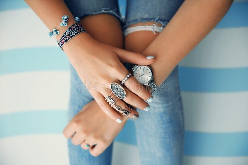 Vrouwelijke handen met juwelen royalty-vrije stock foto