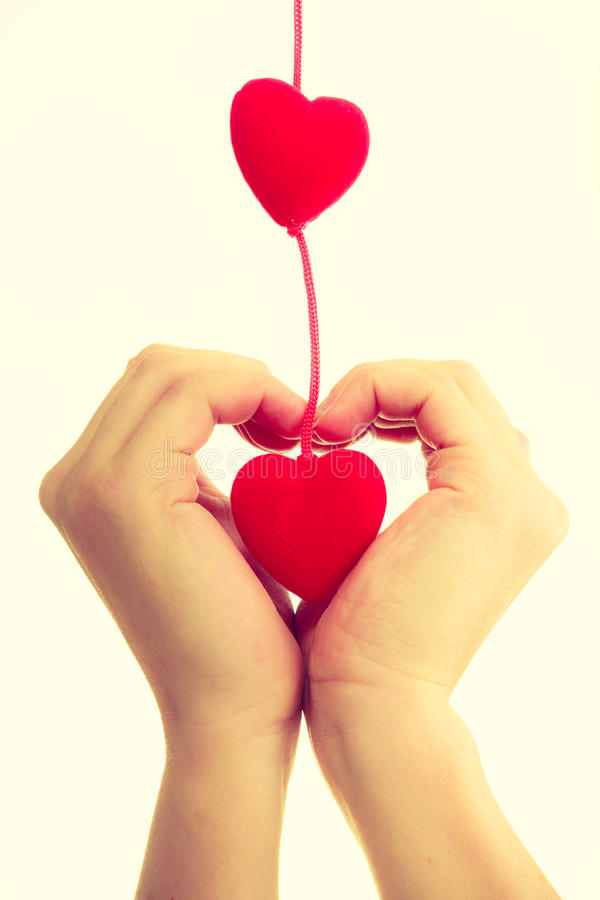 Vrouwelijke handen met kleine harten stock afbeelding