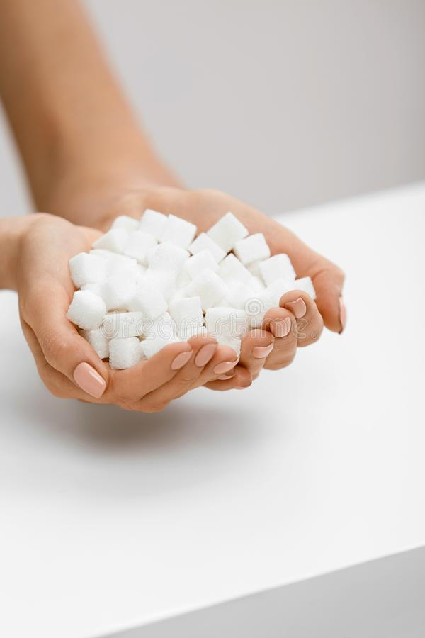 Vrouwelijke Handen met Sugar Cubes stock fotografie