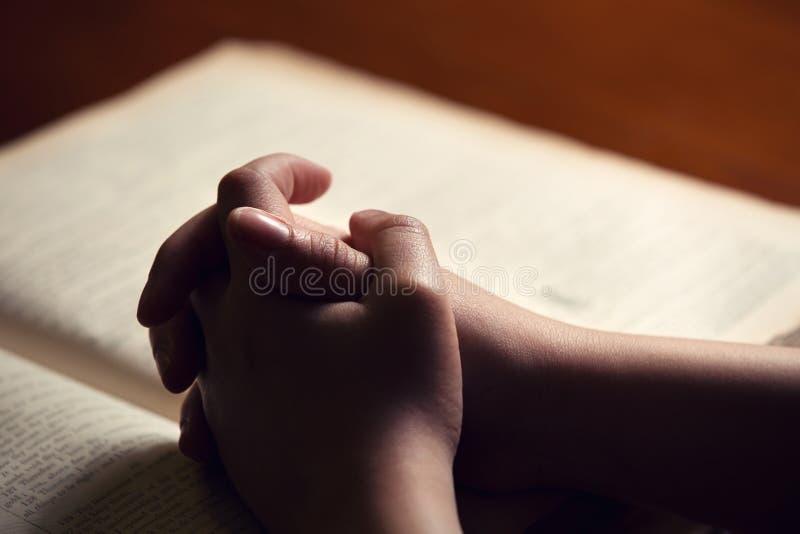 Vrouwelijke handen op Bijbel royalty-vrije stock foto's