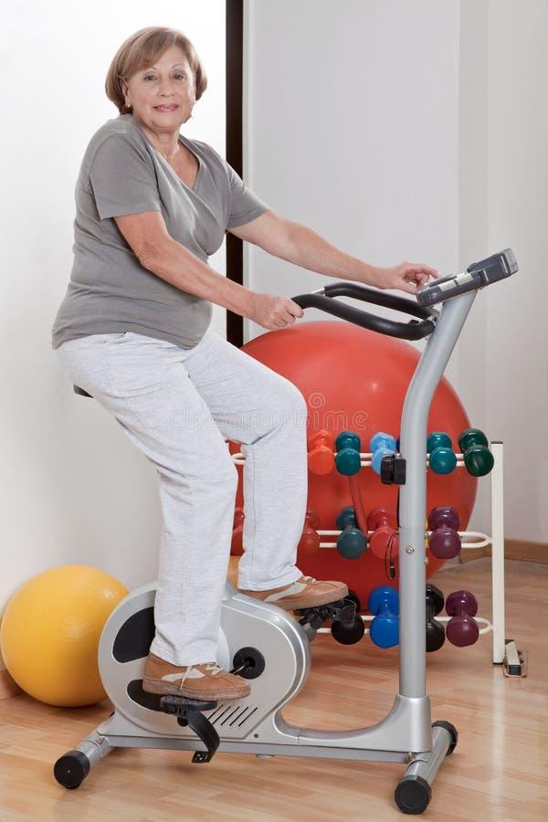 Vrouwelijke het Doen Lichaamsbeweging royalty-vrije stock fotografie