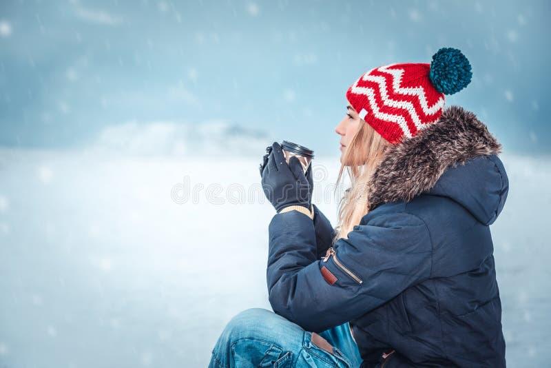 Vrouwelijke het drinken van Nice koffie in de winterdag stock afbeeldingen