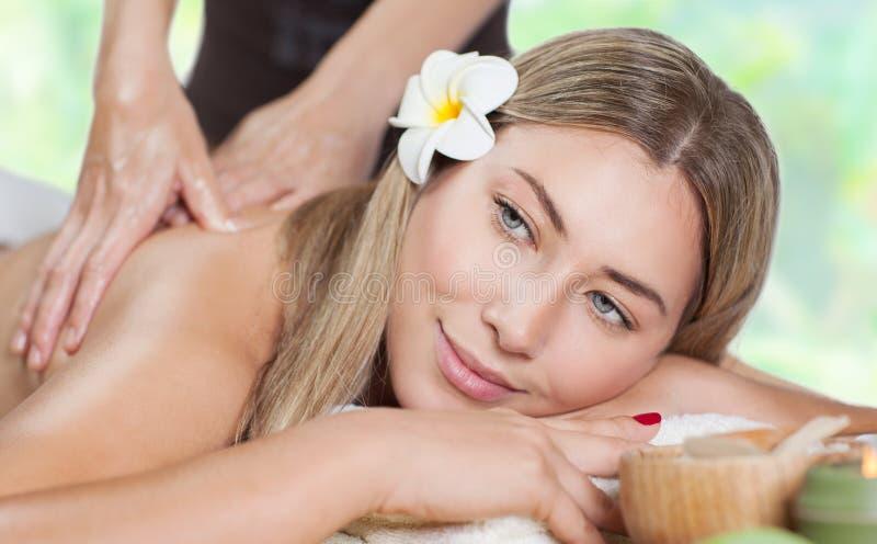 Vrouwelijke het genieten van massage royalty-vrije stock afbeeldingen