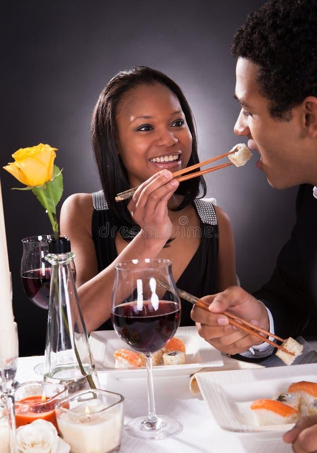 Vrouwelijke het Voeden Sushi aan Mannetje royalty-vrije stock afbeeldingen