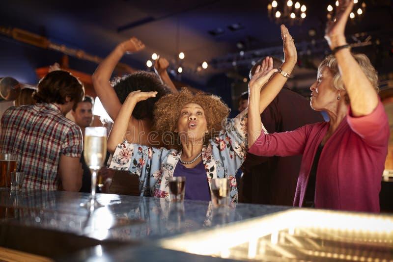Vrouwelijke Hogere Vrienden die in Bar samen dansen royalty-vrije stock foto's