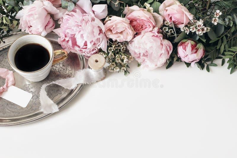 Vrouwelijke huwelijk of verjaardagslijstsamenstelling met bloemenslinger Roze pioenen, rozen, wasbloemen, en groene bladeren royalty-vrije stock afbeeldingen