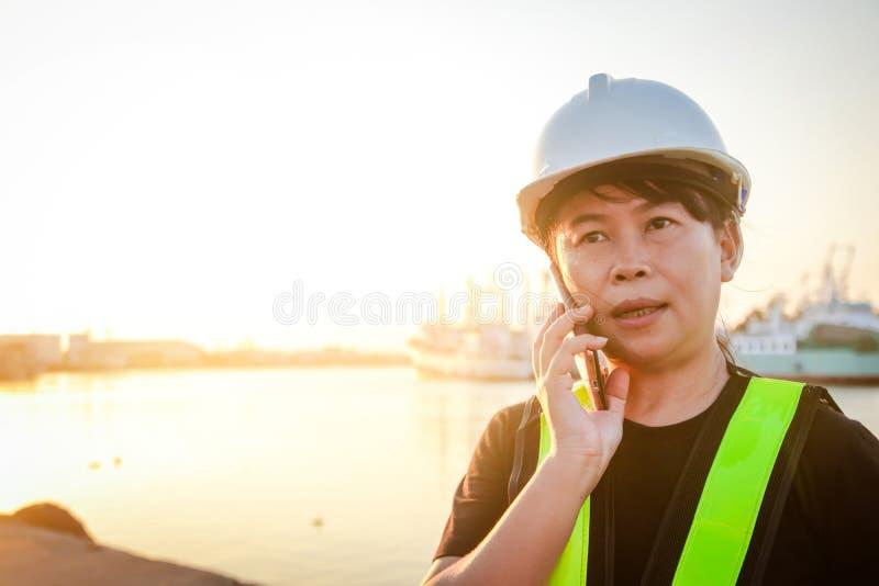 Vrouwelijke ingenieur die op de telefoon spreken stock foto