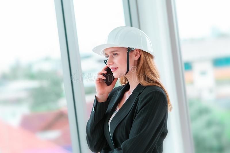 Vrouwelijke ingenieur die vraag in de bureaubouw maken royalty-vrije stock afbeelding