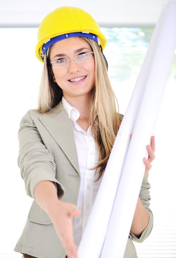 Vrouwelijke ingenieur met blauwdrukken royalty-vrije stock afbeelding