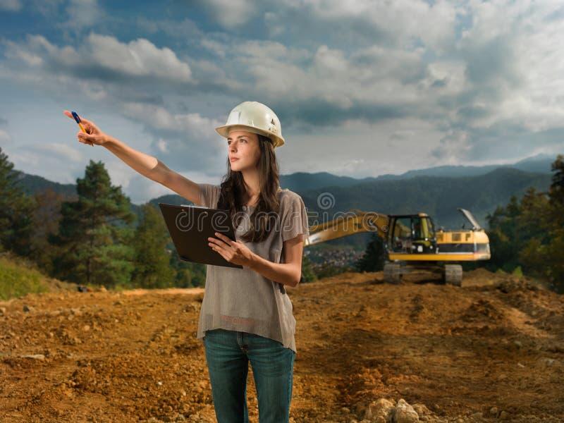 Vrouwelijke ingenieur op bouwwerf stock fotografie