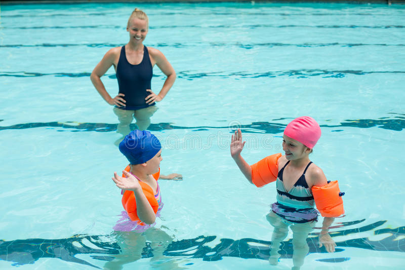 Vrouwelijke instructeur en meisjes in zwembad royalty-vrije stock fotografie