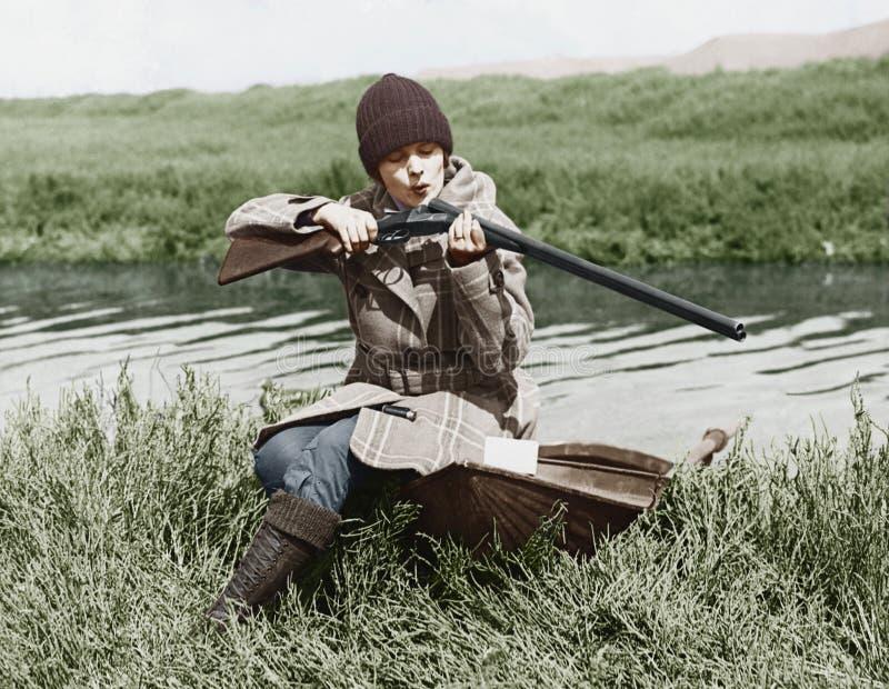 Vrouwelijke jager met kanon dichtbij rivier (Alle afgeschilderde personen leven niet langer en geen landgoed bestaat Leveranciers stock foto's