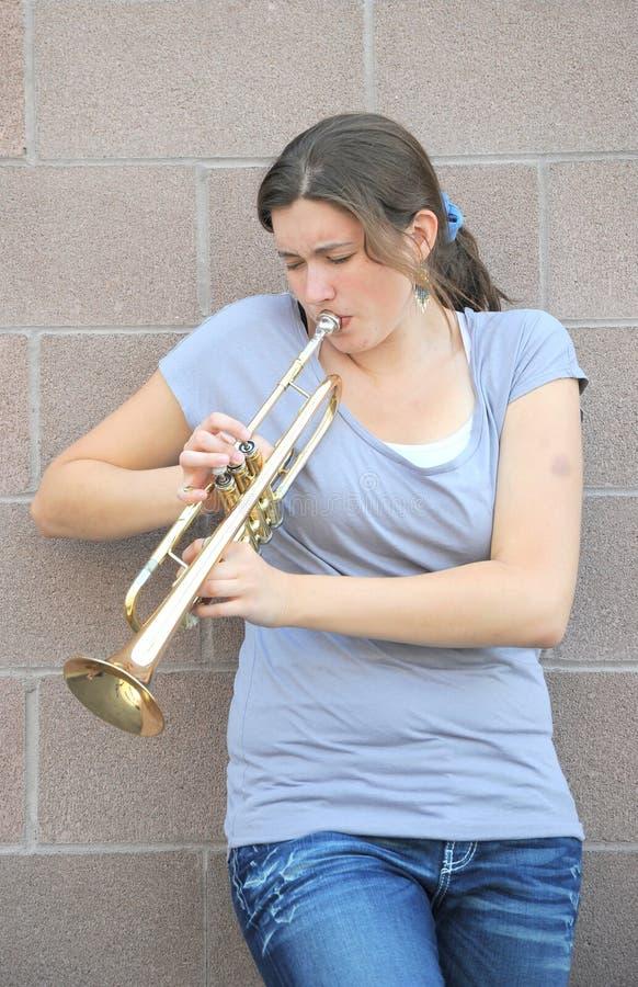 Download Vrouwelijke Jazztrompetter. Stock Afbeelding - Afbeelding bestaande uit volwassen, vrouw: 29508461