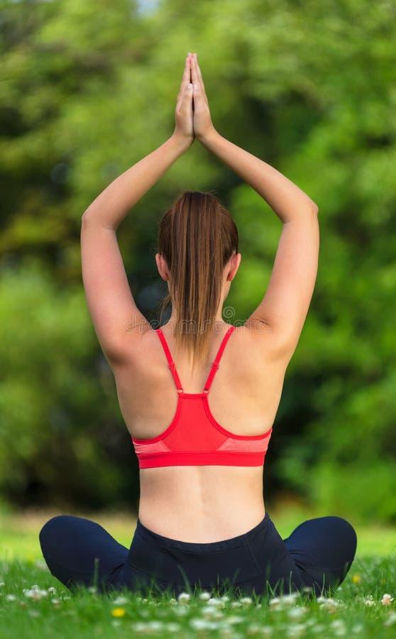 Vrouwelijke Jonge Geschikte Gezonde Vrouw of Meisjes het Praktizeren Yoga buiten stock afbeelding