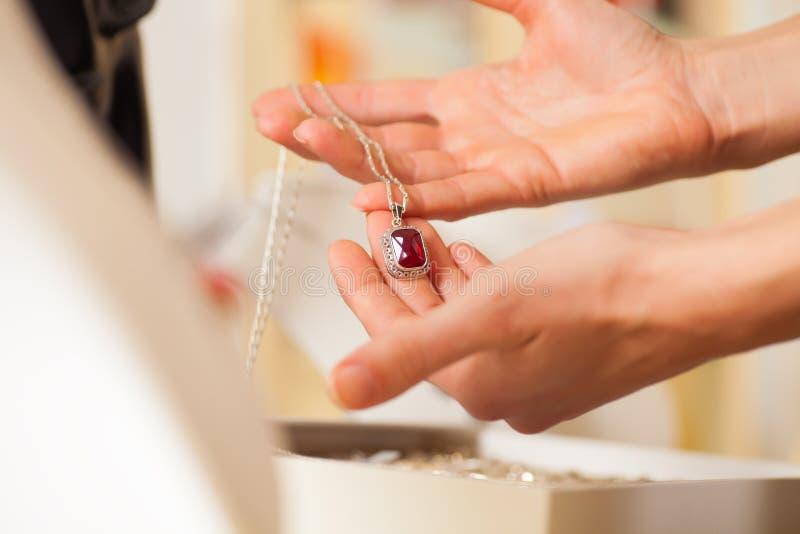 Vrouwelijke juwelier die juwelen voorstelt royalty-vrije stock afbeeldingen
