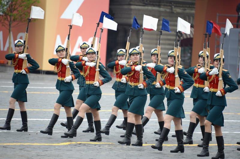 Vrouwelijke kadetten van de Militaire Universiteit van het Ministerie van defensie van Rusland tijdens de parade op rood vierkant stock afbeeldingen