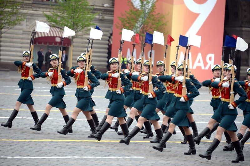 Vrouwelijke kadetten van de Militaire Universiteit van het Ministerie van defensie van Rusland tijdens de parade op rood vierkant royalty-vrije stock foto's