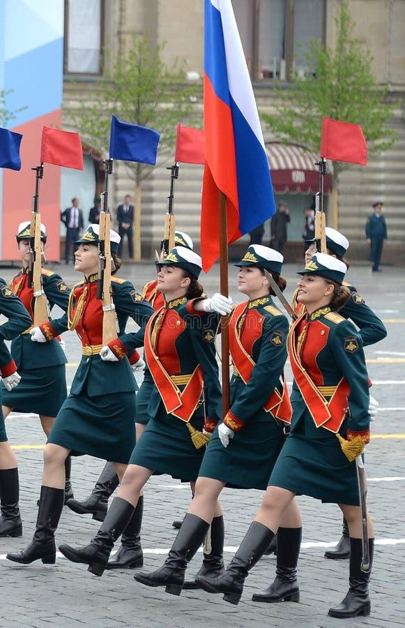 Vrouwelijke kadetten van de Militaire Universiteit van het Ministerie van defensie van Rusland tijdens de parade op rood vierkant stock foto's