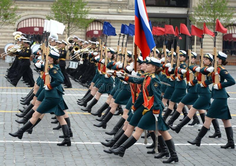 Vrouwelijke kadetten van de Militaire Universiteit van het Ministerie van defensie van Rusland tijdens de parade op rood vierkant royalty-vrije stock fotografie
