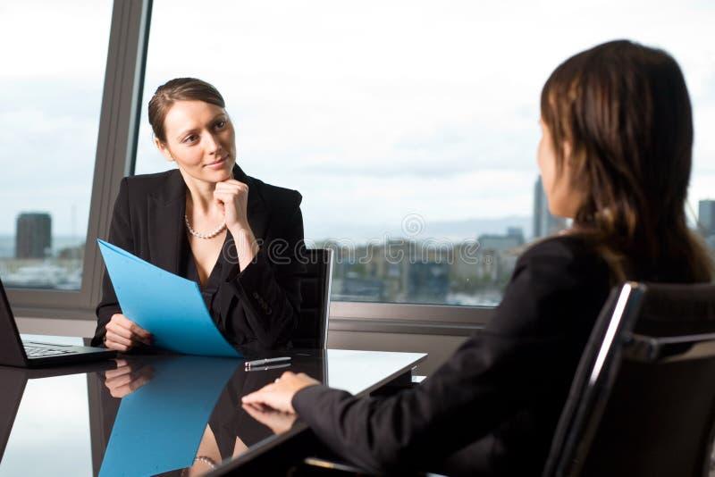 Vrouwelijke kandidaat tijdens een baangesprek stock afbeeldingen