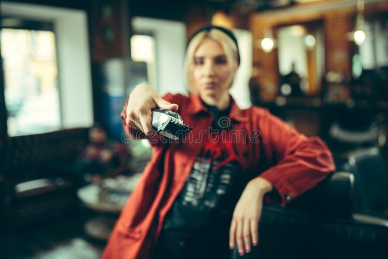 Vrouwelijke kapper in kapperswinkel royalty-vrije stock afbeeldingen