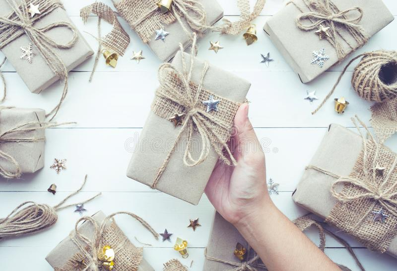 Vrouwelijke Kerstmis van de handholding stelt giftdoos voor inzameling stock foto