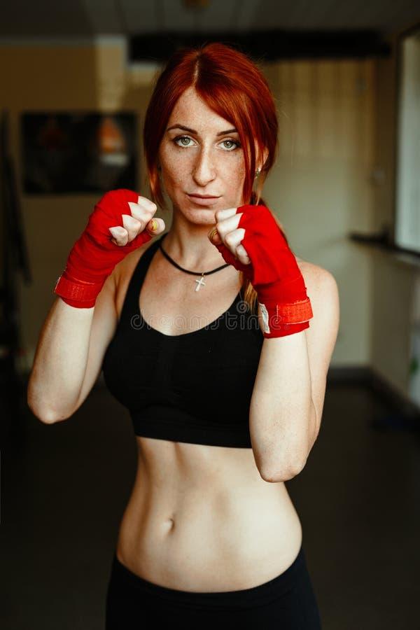 vrouwelijke kickboxing vechter in gymnastiek stock fotografie