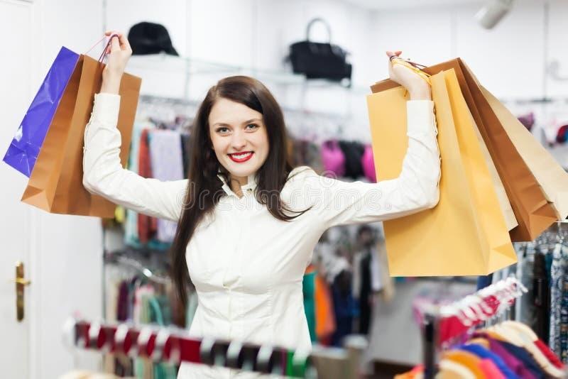 Download Vrouwelijke Klant Bij Kledingsopslag Stock Afbeelding - Afbeelding bestaande uit koper, shopping: 39118691