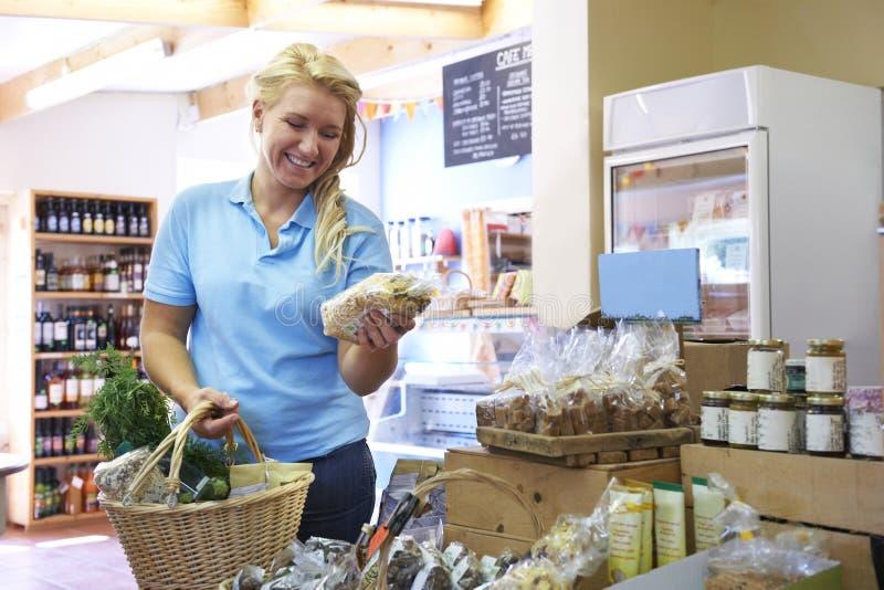 Vrouwelijke Klant die in Landbouwbedrijfwinkel winkelen stock afbeeldingen