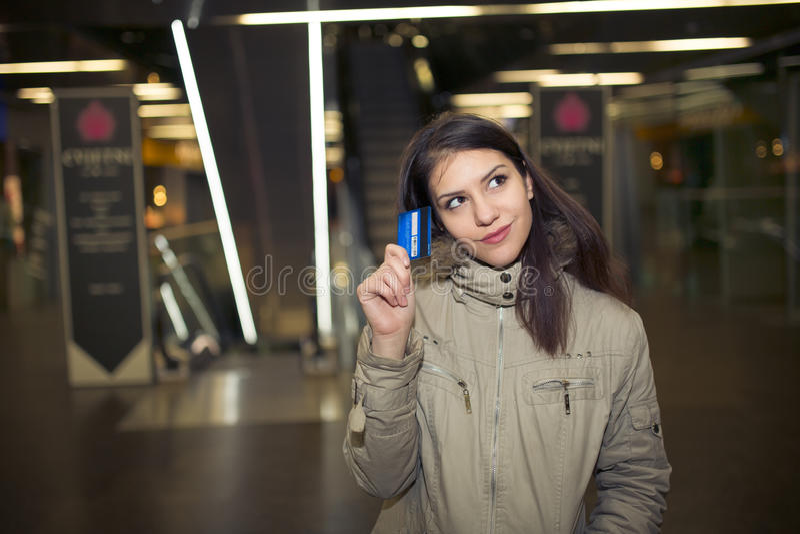 Vrouwelijke klant die met plastic kaart in de wandelgalerij winkelen Jonge tienervrouw die ouderscreditcard voor het winkelen in  stock foto's