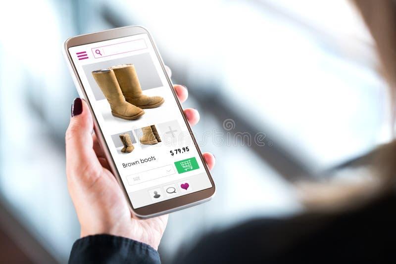 Vrouwelijke klant die in online manieropslag winkelen stock foto