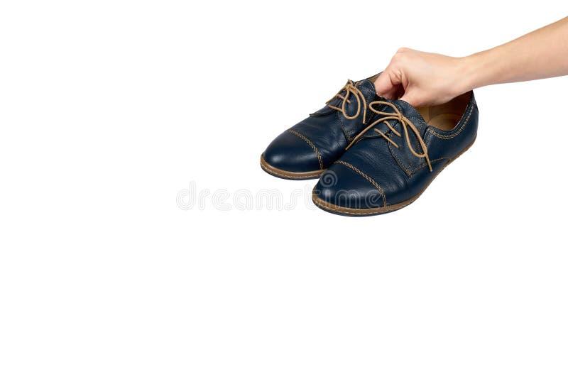 Vrouwelijke klassieke leer formele die schoenen met hand op witte achtergrond, exemplaar ruimtemalplaatje wordt geïsoleerd royalty-vrije stock foto's