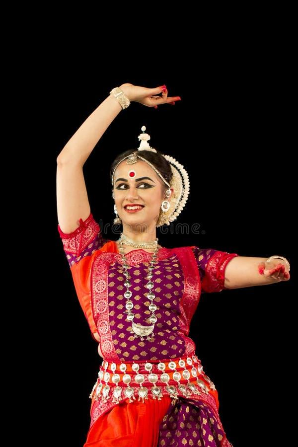Vrouwelijke Klassieke Odissi-danser die Odissi-Dans op stadium uitvoeren bij Konark-Tempel, Odisha, India stock fotografie