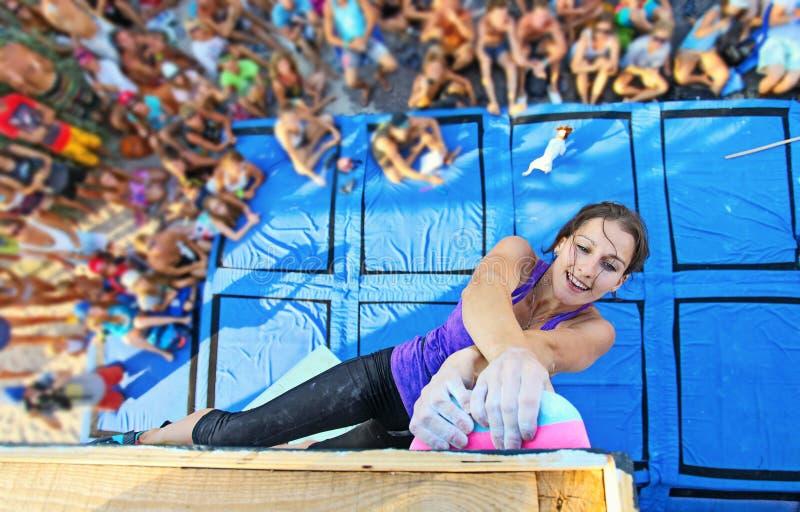 Vrouwelijke klimmer die aan de concurrentie deelnemen stock foto