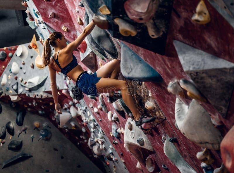 Vrouwelijke klimmer Het extreme binnen beklimmen stock fotografie