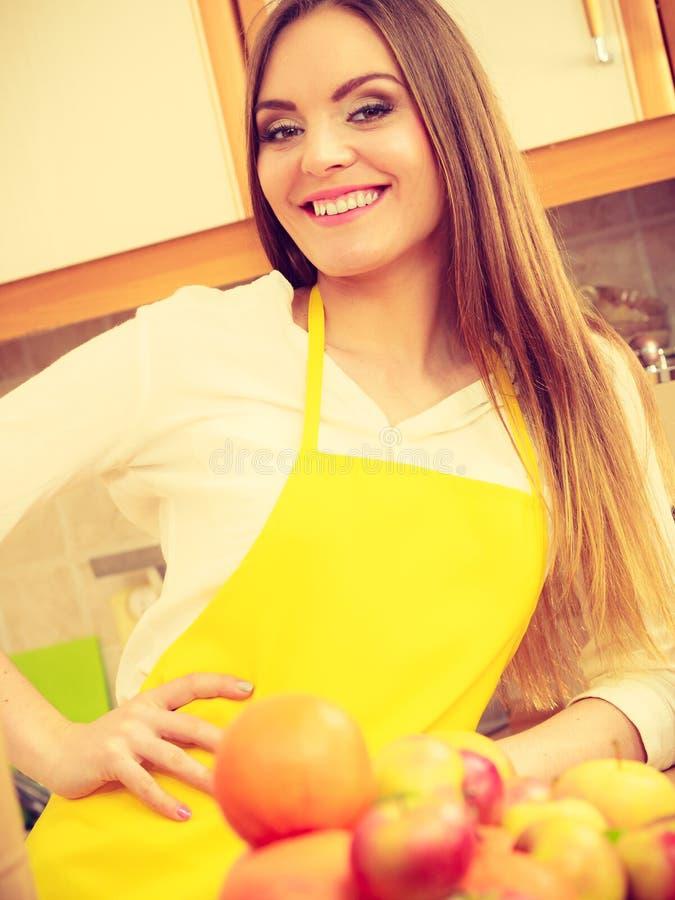 Vrouwelijke kok die in keuken werken stock afbeeldingen