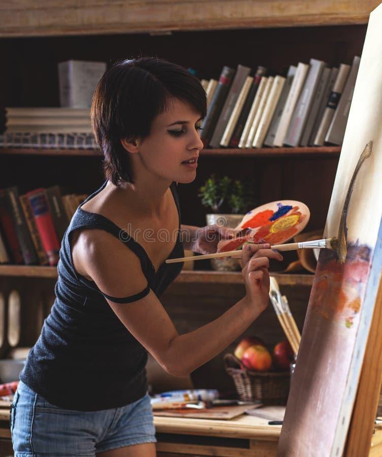 Vrouwelijke kunstenaarsschilder stock foto