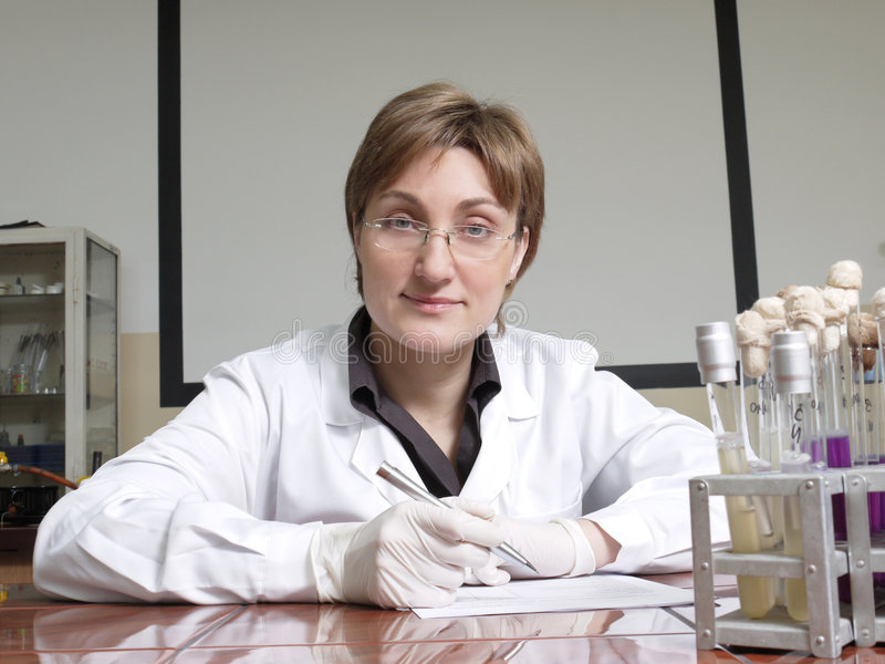 Vrouwelijke laboratoriumtechnicus stock foto's