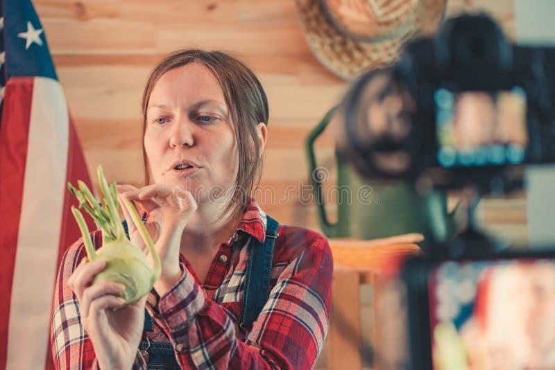 Vrouwelijke landbouwer die sociale media vlog video maken royalty-vrije stock foto