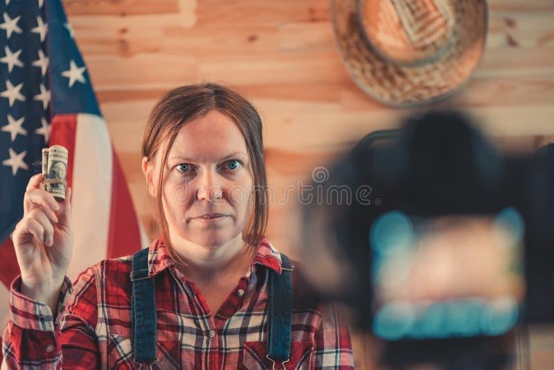 Vrouwelijke landbouwer die sociale media vlog video maken stock afbeeldingen