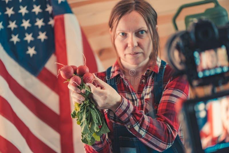 Vrouwelijke landbouwer die sociale media vlog video maken royalty-vrije stock afbeeldingen