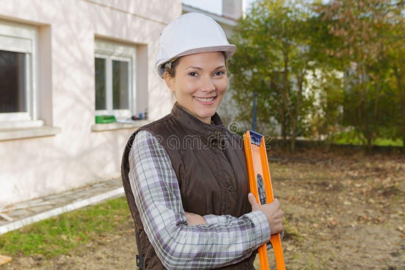 Vrouwelijke landmeter bij bouwwerf in openlucht royalty-vrije stock foto's