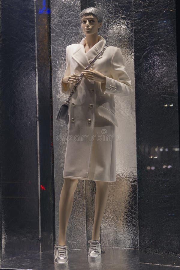 Vrouwelijke ledenpop in een modieuze kleding in een winkel stock fotografie
