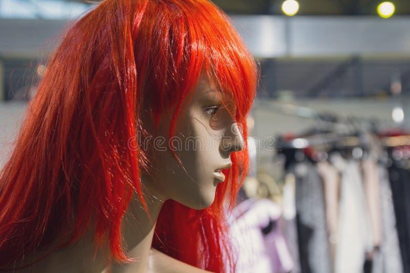Vrouwelijke ledenpop in een rode pruik stock foto