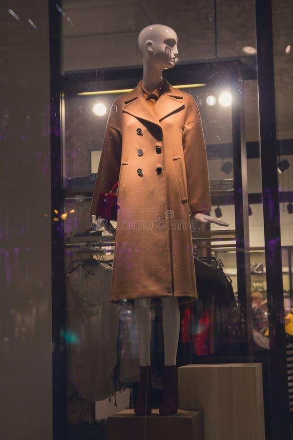 Vrouwelijke ledenpop in laag in een winkelvenster stock afbeeldingen
