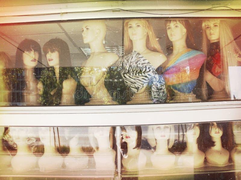 Vrouwelijke ledenpophoofden in een winkelvenster Verwerkte post Voor anderen in deze reeks, zie onze portefeuille royalty-vrije stock fotografie