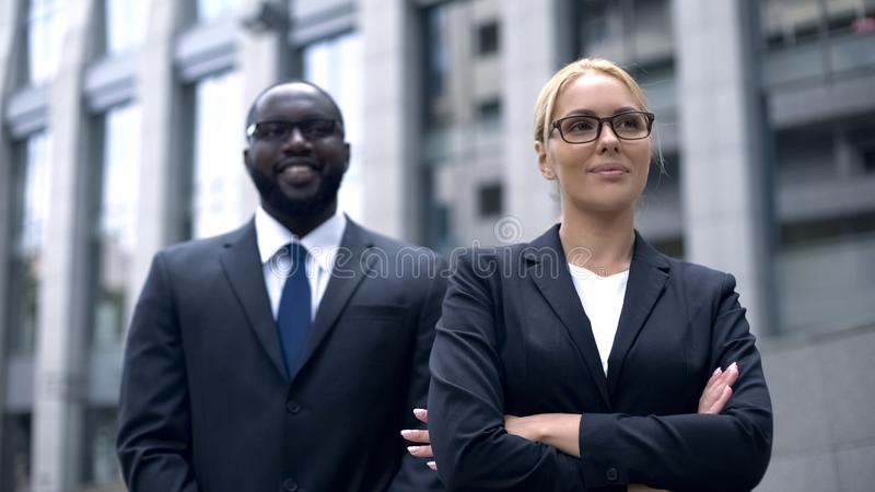 Vrouwelijke leider en het ondergeschikte stellen voor camera, succesvolle bedrijfsmensen royalty-vrije stock afbeelding