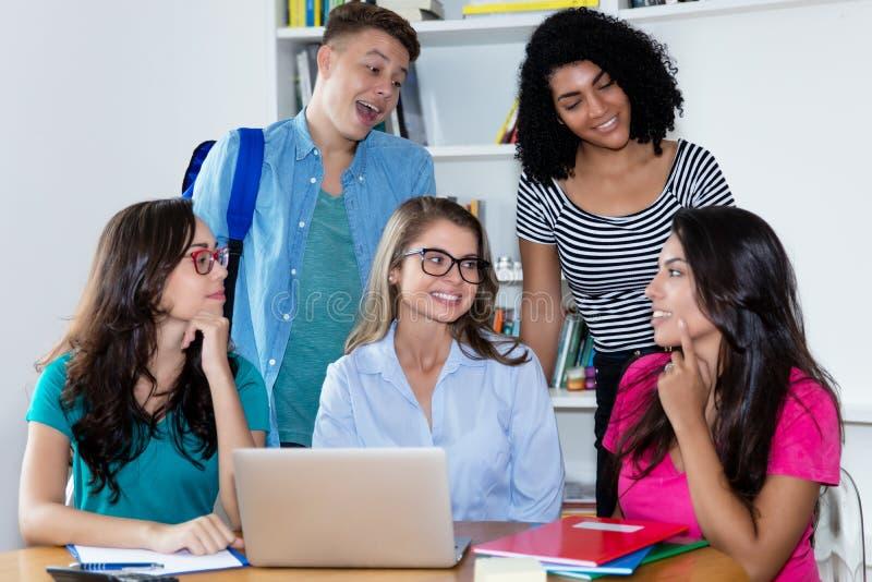 Vrouwelijke leraar leren met groep multi-etnische studenten royalty-vrije stock fotografie